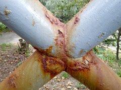 Obyvatelé Znojma poukazují na špatnou údržbu lávky k nemocnici. Rez je všude.