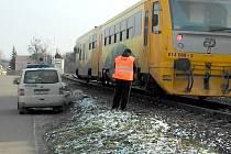 Bez zranění se obešla nedělní strážka osobního auta s vlakem na železničním přejezdu ve Znojmě.