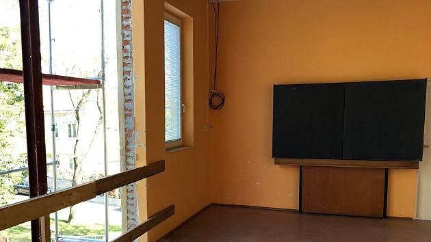 Řemeslníci odstranili část pláště a stropů z mladší budovy ZŠ Jubilejní park, kde odborníci našli azbest.
