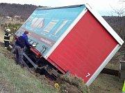 Nejdříve omezení, pak kompletní uzavírka. Dopravní komplikace v úterý odpoledne způsobila havárie nákladního auta u Suchohrdel na Znojemsku.