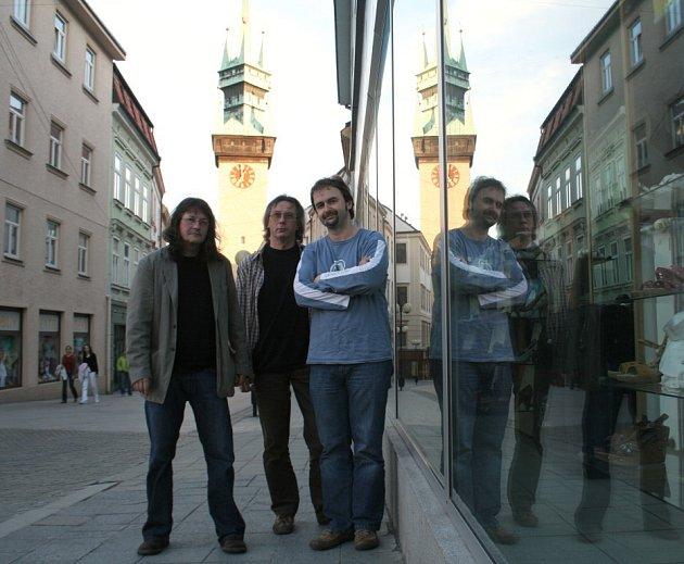 Hudebník Ivan Hlas hrál ve znojemském vysokoškolském klubu Harvart se svým triem. Na kytaru ho doprovází Norbi Kovács (vpravo) a s violoncellem Jaroslav Olin Nejezchleba (uprostřed).