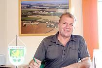 ZA STAROSTENSKÝM STOLEM. Josef Krbálek je starostou vesničky Kyjovice už třináctý rok.