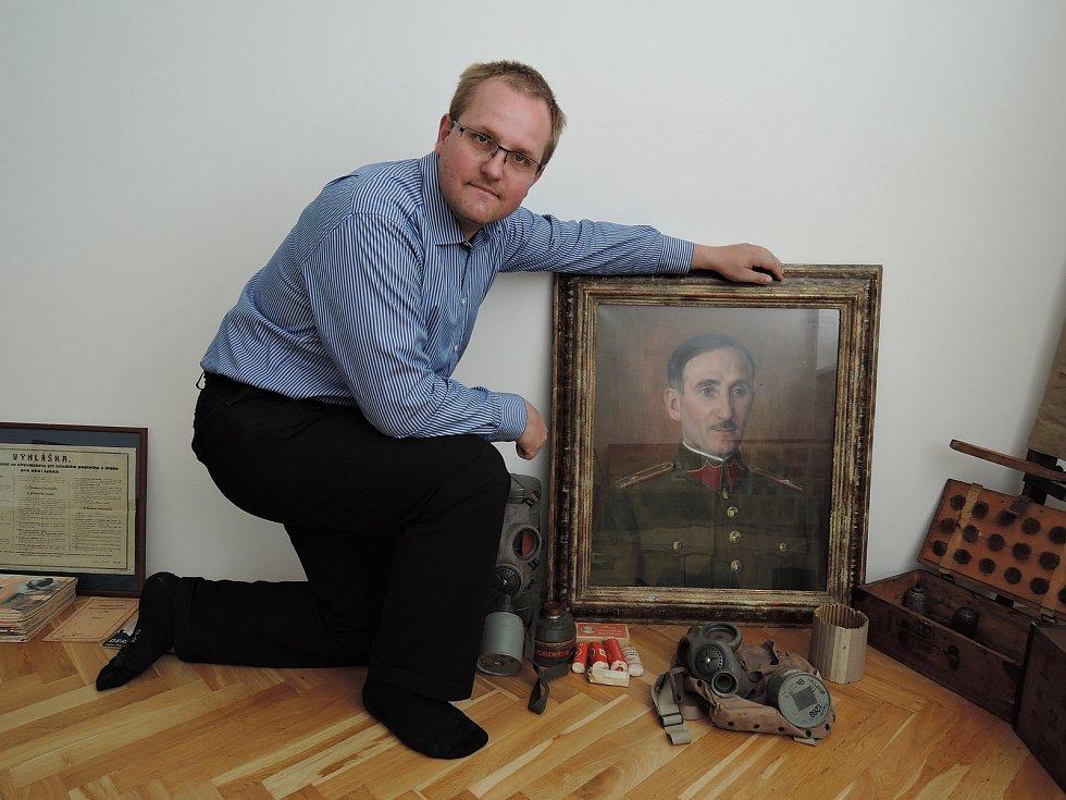 Sběratel s obrazem neznámého štábního kapitána konceptní služby od akademického malíře A. J. Volejníčka, který se našel na půdě jedné usedlosti poblíž Vranova. Podporovatelé muzea ho Černému věnovali.