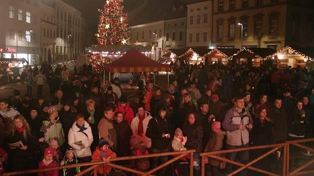 Na Horním náměstí ve Znojmě zpíval na podiu s Deníkem sbor při základní škole na Pražské ulici, náměstí zaplnilo asi dvě stě lidí.