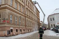Znojemští hasiči museli vyrážet k odstranění rampouchů a nebezpečných sněhových převisů z budovy základní školy na Václavském náměstí ve Znojmě.