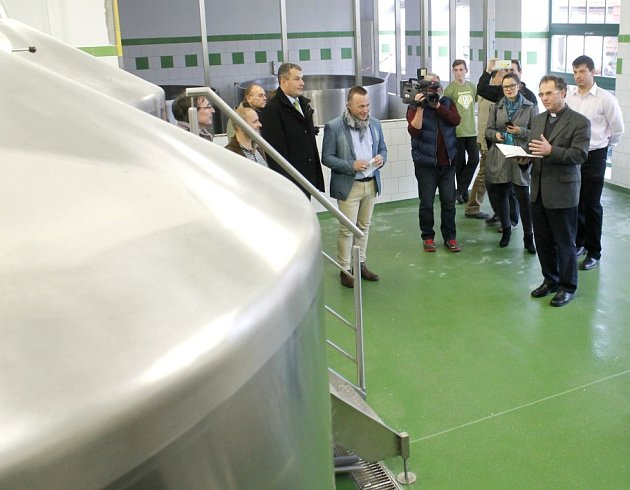 Početné skupině novinářů a dalších lidí představil nový pivovar jeho ředitel Miroslav Harašta (v modrém saku). Varnu požehnal děkan Jindřich Bartoš. Na prohlídku pivovaru čekaly davy lidí.