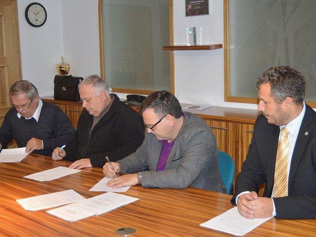 Podpisem kolektivní smlouvy odvrátili zástupci města, odborů a Znojemské dopravní společnosti stávku řidičů autobusů.
