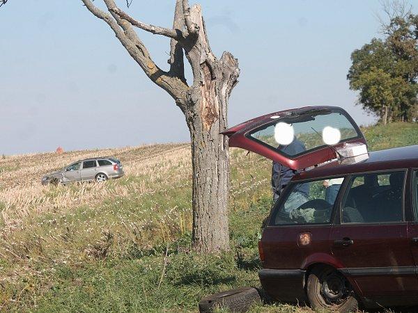 Nejzávažnější se stala na silnici I/53 uMiroslavi, kde jeden člověk utrpěl zranění. jedno zaut skončilo vpoli desítky metrů od silnice.