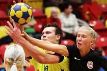 Znojemští extraligoví korfbalisté (ve žlutém) v neděli prohráli s Náchodem 21:22. Do konce základní části zbývá šest utkání, do play-off postupují první čtyři a Modří Sloni drží čtvrtý post.