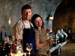 Bronislav Mikulášek s manželkou ve svém vinném sklepě v Novém Šaldorfu.
