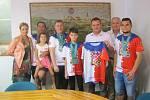 Úspěch znojemských taekwondistů ocenil i starosta města Znojma Jan Grois (třetí zprava).