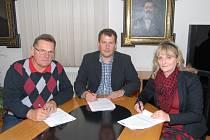 Koaliční dohodu na znojemské radnici podepsali (zleva): zastupitel Jan Kárník, starosta Vlastimil Gabrhel (ČSSD) a budoucí první místostarostka Olga Štefaniková (ANO).