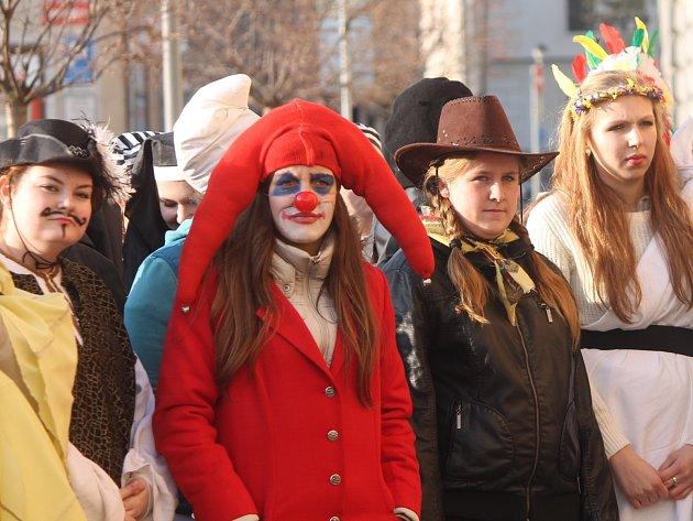 Desítky studentů v kostýmech prošly centrem Znojma.