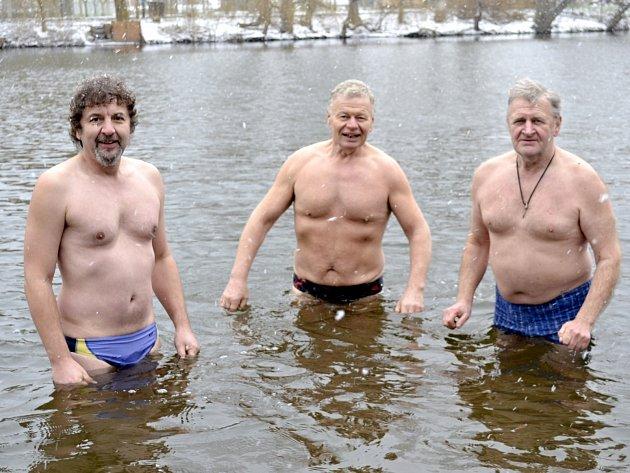 Jaroslav Jenšovský (první zleva) se s kolegy věnuje zimnímu plavání.