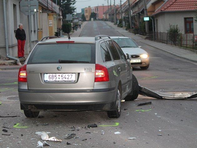 Ke srážce dvou osobních aut došlo dnes před šestou hodinou večerní na křižovatce v Suchohrdlech u Znojma.