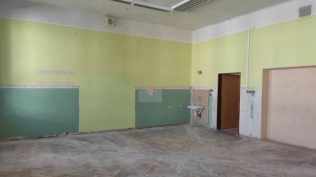 Krumlovská škola na Klášterním náměstí dostane opravené učebny.