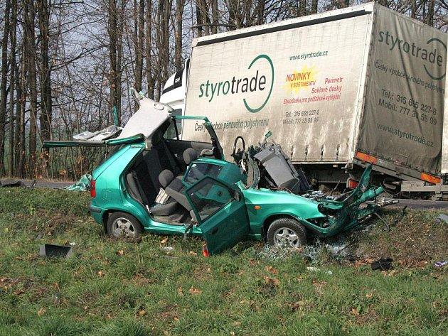 Smrtí sedmašedesátiletého řidiče skončila kolem půl desáté srážka Felicie a nákladního auta Iveco na silnici I/53 nad Znojmem.