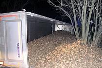 K vážné dopravní nehodě kamionu vyjížděli v neděli časně ráno hasiči a záchranka k Hostěradicím.