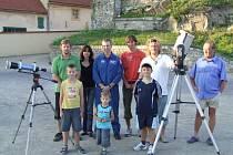 Amatérský astronom Radek Dřevěný (v bílém tričku) se svými kolegy.