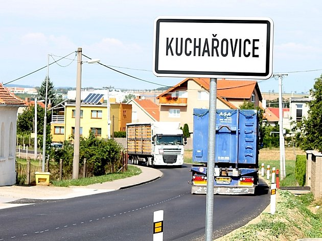 Po novém asfaltovém povrchu silnic jezdí řidiči mezi Kuchařovicemi a kasárenskou křižovatkou.