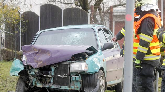 Na začátku Jaroslavic se v kopci srazily dva Nissany. Micra dopadla podstatně hůře. Jejího řidiče přepravili záchranáři vrtulníkem do Brna.