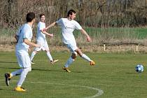 Fotbalisté Hrabětic (v bílém) na podzim zrovna neváleli. Deset z deseti hraných utkání prohráli, dostali 97 branek a jsou na posledním místě tabulky III. třídy skupiny B na Znojemsku.