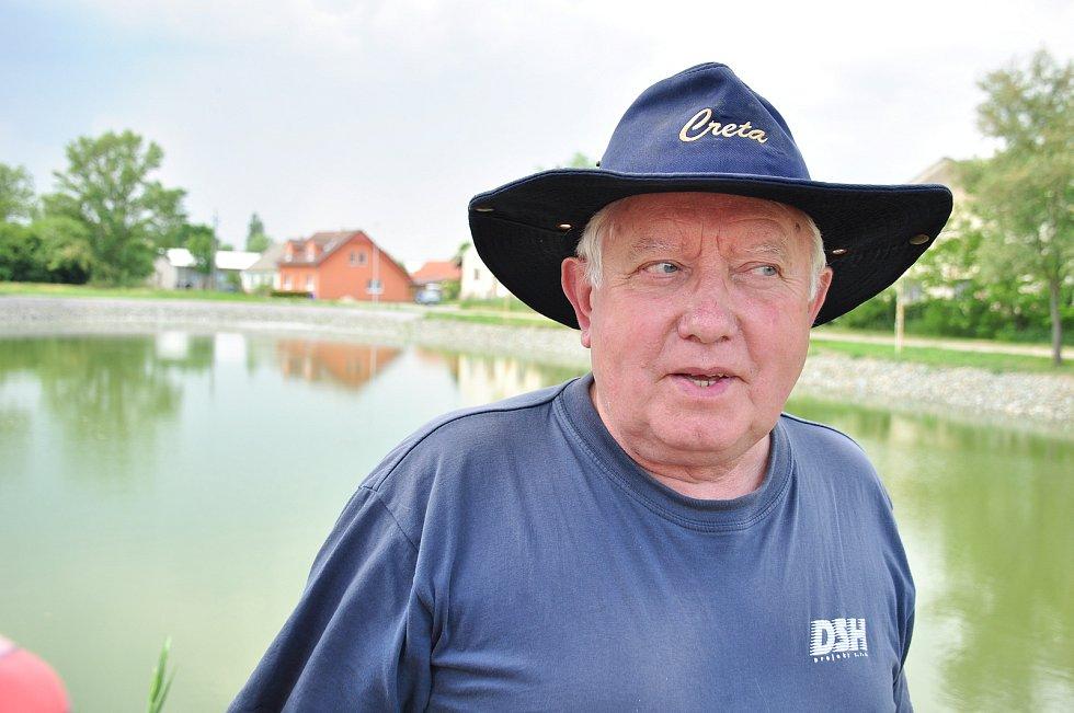 Zajistí jim dostatek vody ve studních, v Hevlíně obnovují osm rybníků po předcích. Na snímku pamětník Jan Štach