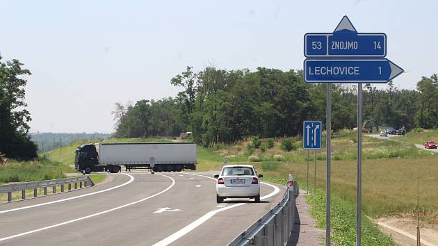 Křížení se starou silnicí za Lechovicemi, pohled od Brna.