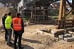 Snímek z průběhu oprav mostu.