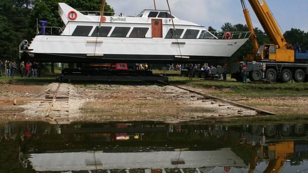 Loď Viktorie spouštěná na vodu