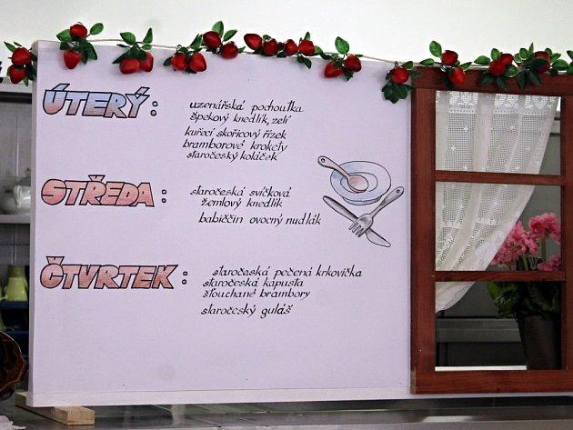 Staročeské pokrmy připravily kuchařky školní jídelny Gymnázia a Střední pedagogické školy ve Znojmě.