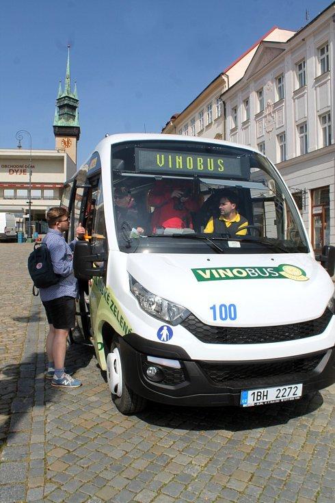 V sobotu 2. dubna 2016 vyrazil na trasu s turisty nový Vinobus VOC Znojmo. Vůbec poprvé.