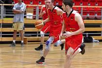 Znojemští basketbalisté (v červeném) porazili Spartak Hluk 78:43