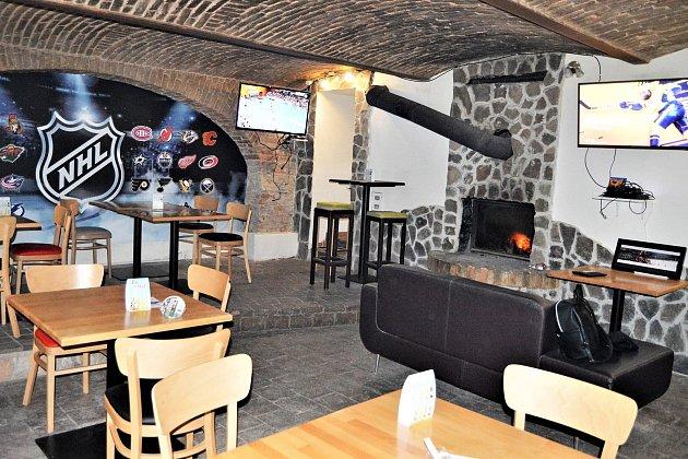 Daniel Maceček otevřel First Line Hockey Pub ve Znojmě loni.