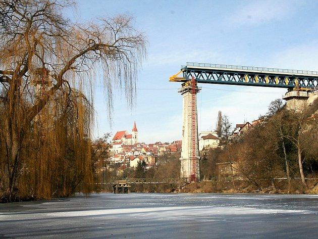 Přes Dyji se rozkročuje nový most