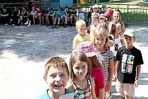 Na sto čtyřicet dětí tráví část prázdnin na letním pobytovém táboře Borovina v Podhradí nad Dyjí.