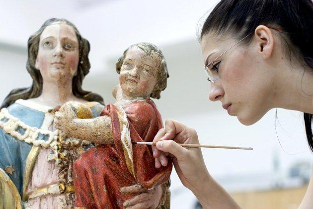 Žaneta Svobodová při restaurování dobové plastiky.