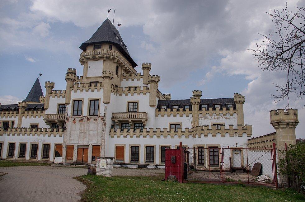Rezidence ve stylu neogotického zámku za 50 milionů ve Znojmě. Realitní kancelář nabízí k prodeji někdejší noční podnik přestavovaný už roky na hotel v Suchohrdelské ulici.