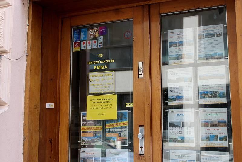 Zavřená cestovní kancelář v Kozí ulici v historickém centru Brna, 13. března 2021.