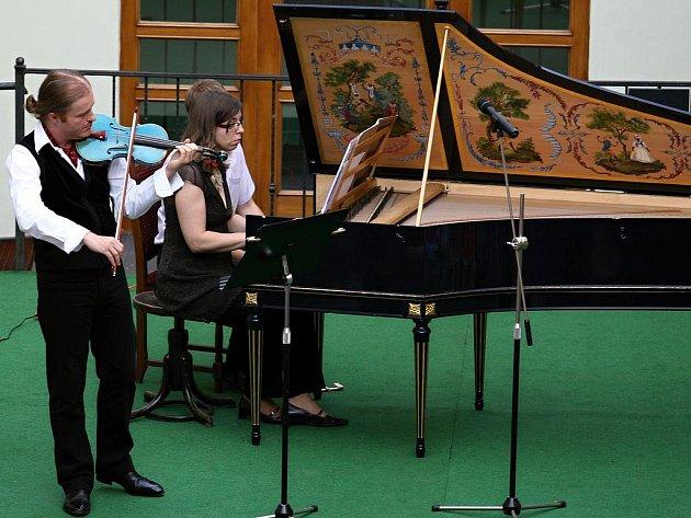Houslista Pavel Šporcl s doprovodem cembalistky Moniky Knoblochové.