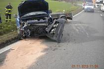 Srážka osobního automobilu s kamionem na silnici I/50 u Holubic.