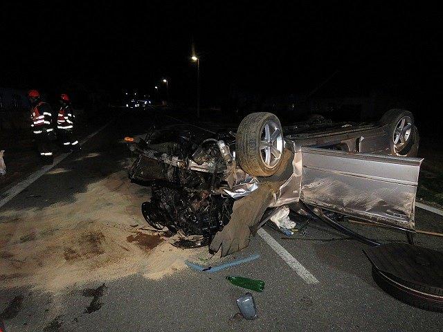 Rychlou jízdu v kombinaci s alkoholem nezvládl teprve devatenáctiletý řidič v Trnovém Poli, kdy auto otočil na střechu. N