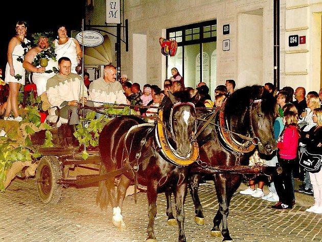 Koňský povoz s bohem vína a Bakchantkami, ale také plivači ohně a samozřejmě královský průvod s královnou a králem v čele. To jsou tradičně nejlákavější okamžiky nočního průvodu Znojemského historického vinobraní.