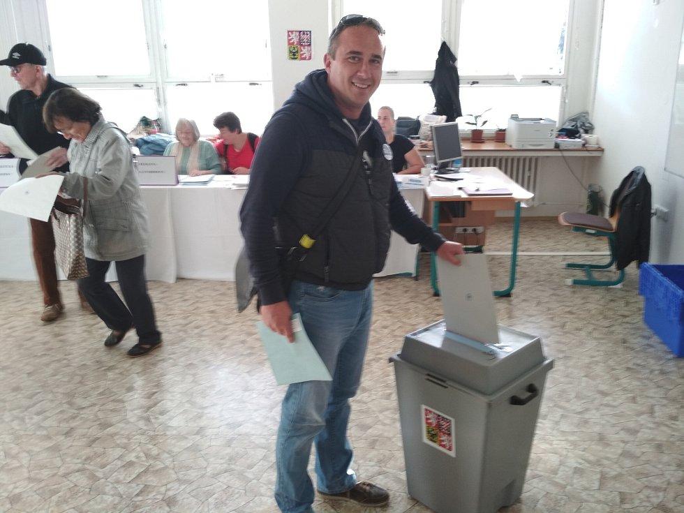 Lídr kandidátky Pro Znojmo Lukáš David volil v pátek ve střední škole v Přímětické ulici.