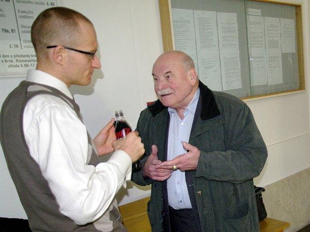 U znojemského soudu pokračovalo dalším stáním hlavní líčení se Zbyškem Dřevojanem (na snímku vpravo s obhájcem Robertem Valou), který čelí obžalobě z vydírání, stalkingu a nakládání s dětskou pornografií.