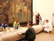 Balení pláten Slovanské epopeje ze zámku v Moravském Krumlově v roce 2010. Ilustrační foto