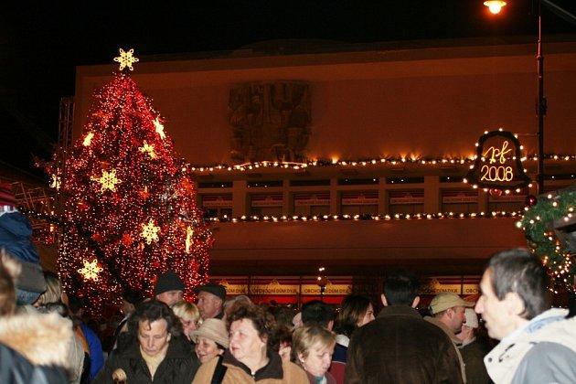 Masarykovo náměstí ve Znojmě zaplnily stovky lidí.