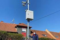 Starosta Znojma Jan Gois představuje část systému pro úsekové měření rychlosti v Kasárnách.