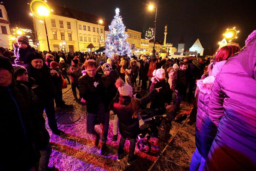 Čerti si po roce otevřeli v předvečer Mikulášova svátku pobočku na Masarykově náměstí. Přítomen byl i Lucifer, který děti zpovídal.