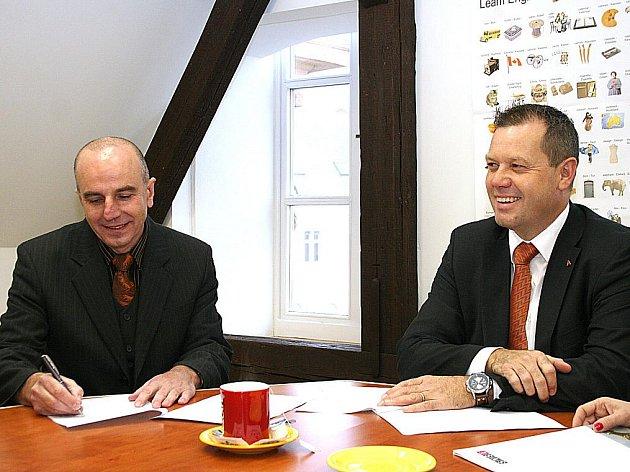 Představitelé znojemské SVŠE podepsali smlouvu o spolupráci se švýcarskou firmou AMMANN (na snímku viceprezident AMMANN Christian Stryffeler - vpravo a prorektor školy Pavel Šťohl).
